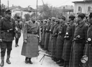 10. Mussolini passa in rassegna un picchetto della GNR