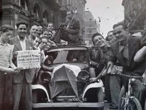 2. La gente esulta per le strade di Milano all'annuncio delle dimissioni del duce