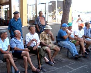 5. Pensionati al porto in attesa delle barche da pesca