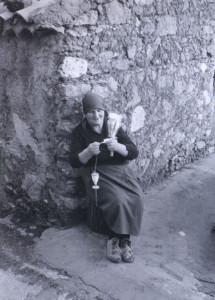 Anziana filatrice