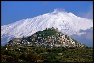 Panorama di Agira paese d'origine dei Muratore con l'Etna innevato sullo sfondo