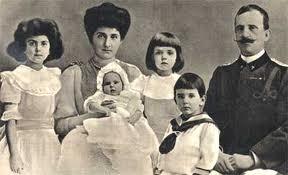 re Vittorio Emanuel III, la regina Elena e i figli Jolanda, Giovanna, Mafalda ed Umberto, anno 1908. Manca Maria nata nel 1914