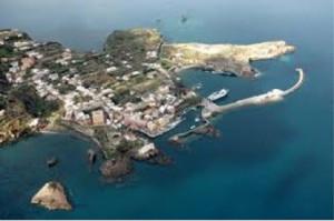 Veduta aerea del porto di Ventotene