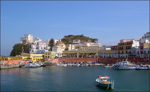 ponza il porto che si prepara all'estate