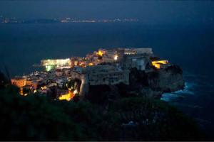 Gaeta. Castello e panorama notturno
