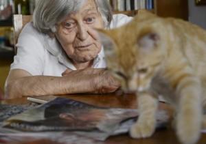 Margherita Hack con gatto rosso