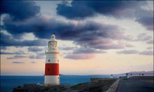 Faro di Gibilterra. In fondo Ceuta e il continente Africano