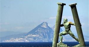 Le Colonne d'Ercole. Sullo sfondo la rocca di Gibilterra