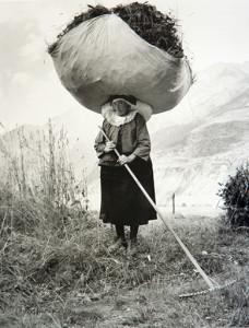 contadina di Valle di Cogne Aosta foto di Pepi Merisio