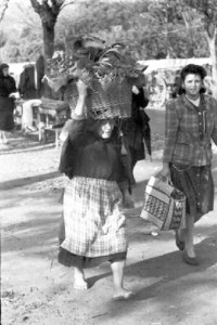 donna scalza con cesto sulla testa