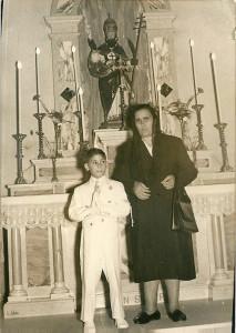 Mamma con Francesco 1966. Prima Comunione. Chiesa di Olbia