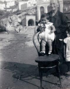 Salvatore Di Monaco con la nonna S. Antonio. 1930 circa