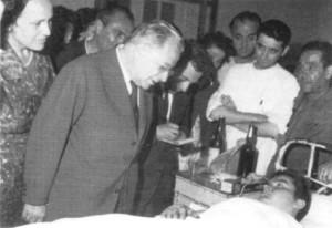 Togliatti e N. Iotti visitano uno dei feriti di Reggio