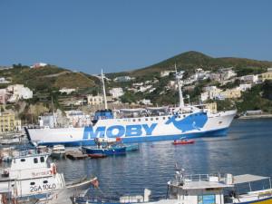 Un nave della Moby a Ponza per S. Silverio 2013