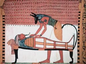 Dipinto dalla tomba di Sennedjem ove un sacerdote con la maschera di Anubi termina la mummificazione