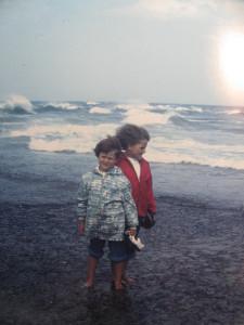 Ike con la sorellina con sfondo di onde del Nord
