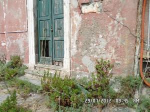 Vandalismo_-Portone-ingresso-faro-rovinato-300x225