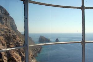 dalla gabbia di vetro la vista sui faraglioni del Calzone Muto