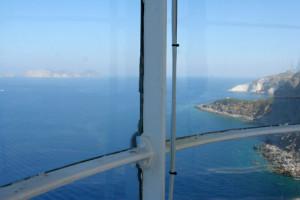 dalla gabbia di vetro la vista sulla punta del fieno e su Palmarola