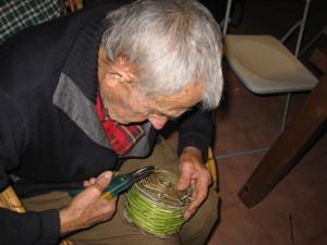 Gaetano curvo sul piccolo cestino