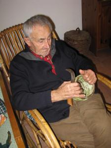 Gaetano mentre lavora un piccolo cestino