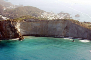 La spiaggia vista da ponente con uno scorcio del versante di levante