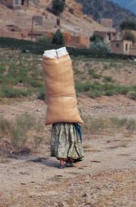 Donna che porta un carico. Foto di Giancarlo Salvador