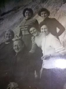 Luigi Vitiello con la madre Margherita Coppa e le sorelle. OK