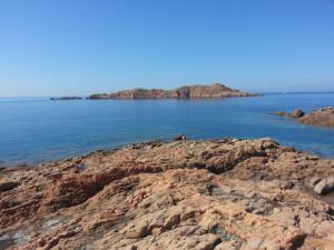La costa rocciosa e l'isoletta di fronte