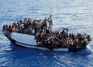 Migranti su una 'carretta del mare'