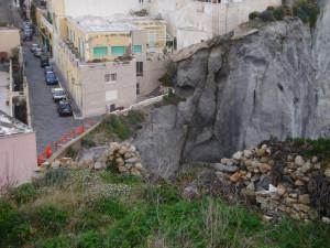 I rapporti spaziali tra la parete di roccia e la strada comunale
