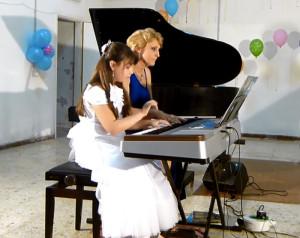 Laura Mazzella con la maestra Elena Tchumanova al pianoforte
