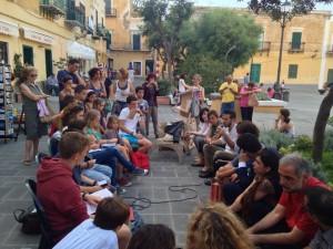 in piazza Castello, gli alunni di Ventotene incontrano gli autori