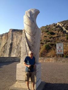 7. Silverio sotto la statua a Pisacane