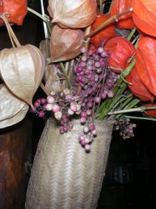 Bacche di pepe rosa in una composizione di fiori secchi