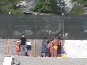 Frontone. Famiglie davanti alle barriere