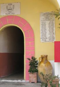 La storica cassette delle lettere sotto il Municipio di Ponza