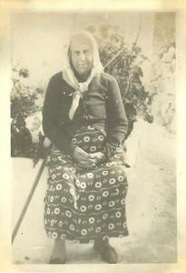 Signora con fazzoletto in testa