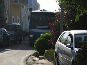 4. Bus strade strette e macchine parcheggiate