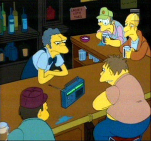 I personaggi Simpson ascoltano la radio al bar Boe