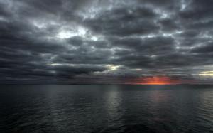 Tramonto a mare con nuvole