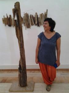 Marta Bilbao davanti alla sua opera