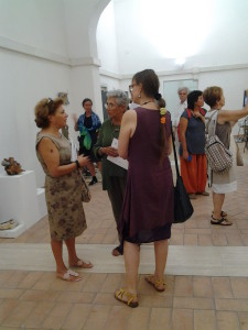 L'artista Kika Bohr (di spalle) con Lina Tufano e Rita Bosso