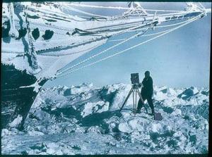 L'Endurance incastrato nei ghiacci e il fotografo