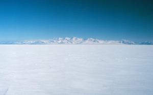 La barriera di Ross con i Monti della Royal_Society sullo sfondo