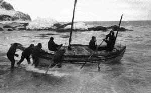 La partenza della James Caird dall'isola Elephant. 24 aprile 1916