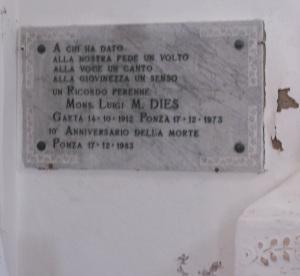 Lapide ricordo per il parroco Dies nella Cappella del Cimitero di Ponza