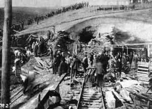 Monongah. 6 dic. 1907. L'ingresso del pozzo 8 dopo l'esplosione