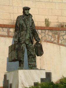 Statua all'Emigrante. Piazza del Comune di Colliano (SA)