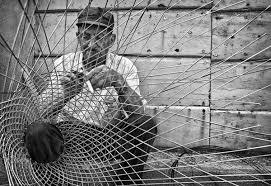 pescatore che lavora ad una nassa